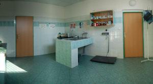 Druhá vyšetřovna je opatřena speciální vanou, která slouží ke stomatologickým zákrokům, popřípadě k předoperační hygieně pacienta.